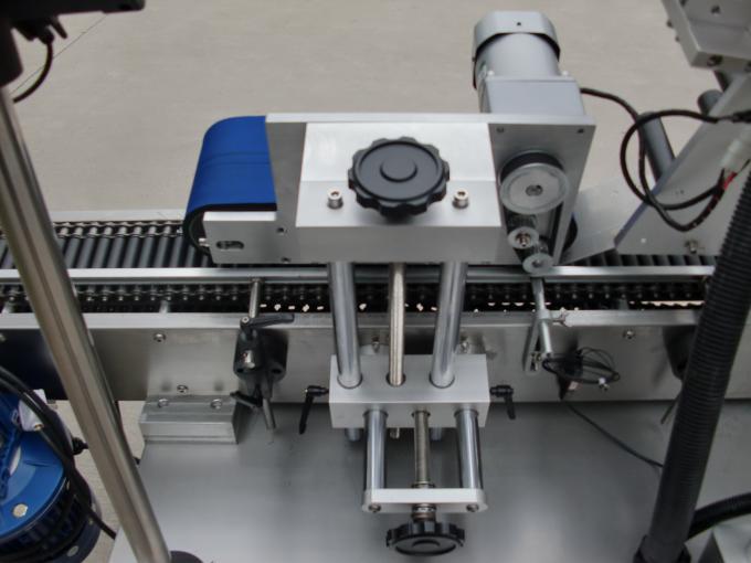 آلة لصق ملصقات العلب المستديرة الصغيرة عالية السرعة ، آلة ملصق تسمية الزجاجة السوداء لمستحضرات التجميل