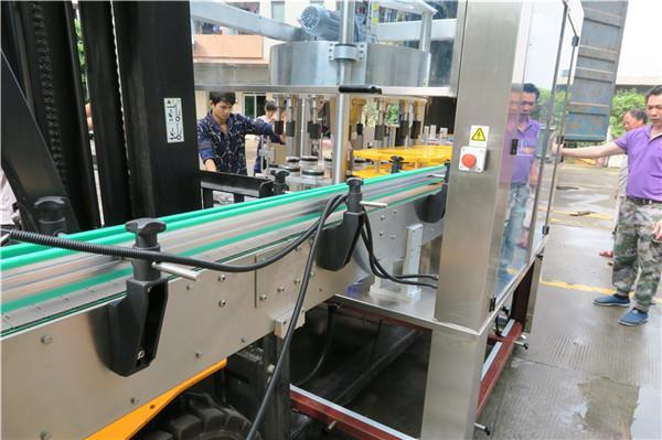 معدات آلة لصق الملصقات الدوارة الفعالة للزجاجة PLC شاشة تعمل باللمس